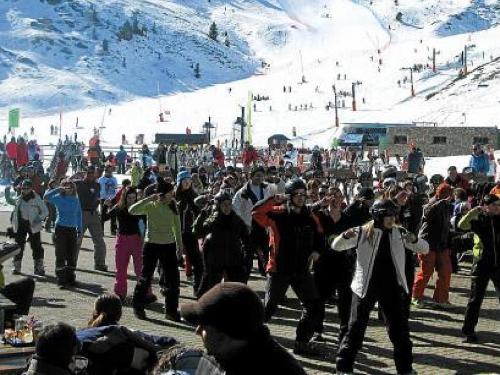Los esquiadores escenificaron en Cerler la coreografía preparada por Alison Caldwell.