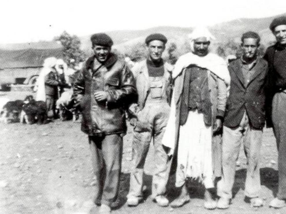 Antonio Alegre, de Pomar de Cinca, Huesca (primero por la derecha), durante su estancia en Argelia.