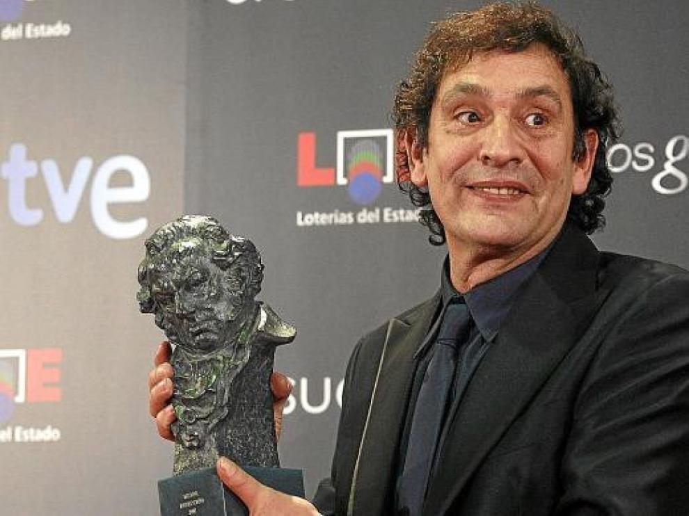 Agustí Villaronga, con uno de los bustos de Goya con que la Academia premió su cinta 'Pan negro'.