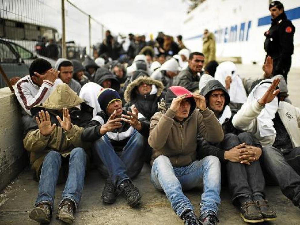 Inmigrantes tunecinos a su llegada a la isla italiana de Lampedusa.