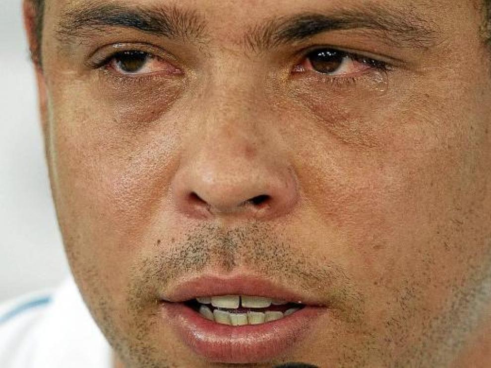 El brasileño Ronaldo, con lágrimas en los ojos, anuncia el final de su carrera deportiva.