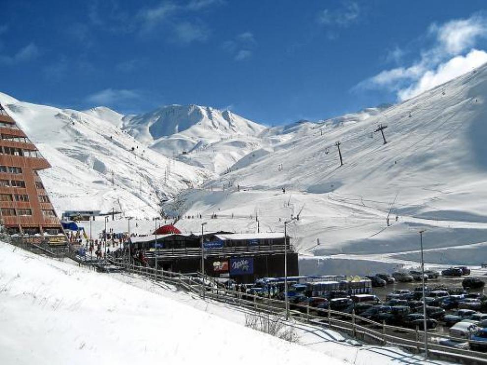 La nieve tiñó de blanco el Pirineo. Este es el aspecto que presentaba Astún ayer por la mañana.