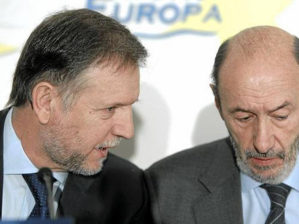 Iglesias, con Pérez Rubalcaba, ayer durante el desayuno informativo del Foro Nueva Economía.