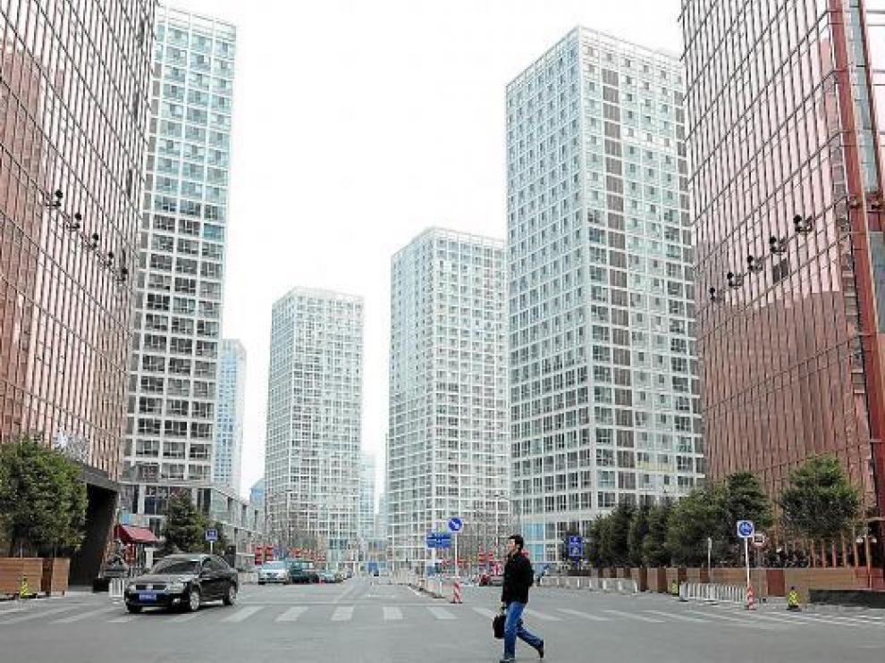 Un ciudadano camina en una de las nuevas zonas de apartamentos de Pekín, la capital.