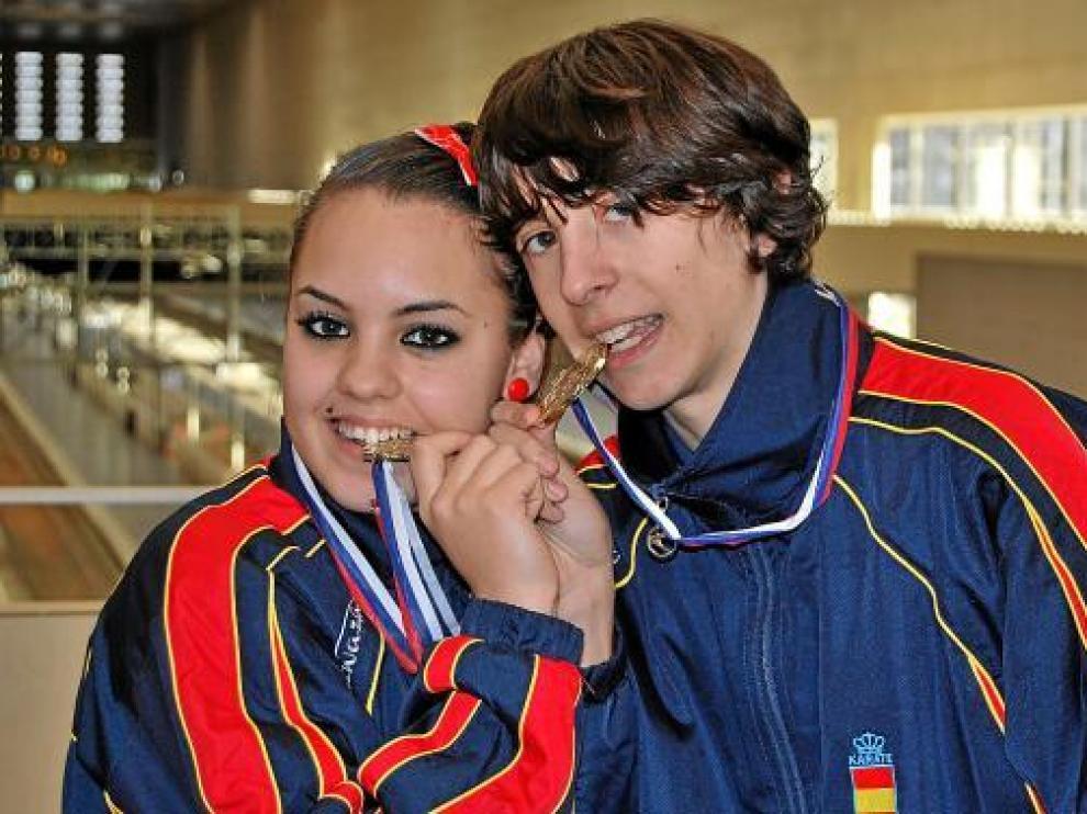 Estefanía Vázquez y Nacho Alguacil, ayer, con sus medallas, en la estación de Delicias.