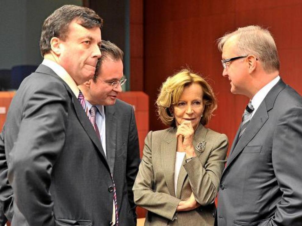 La ministra española Elena Salgado, con colegas europeos, ayer en Bruselas.