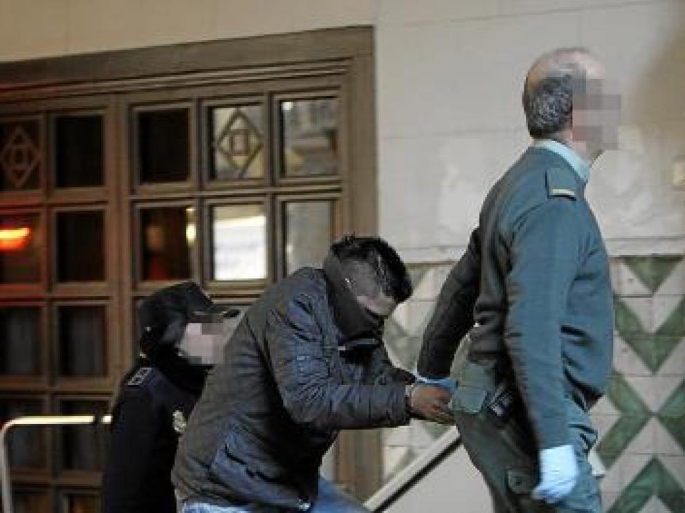 Uno de los acusados, a su llegada a la Audiencia Provincial.