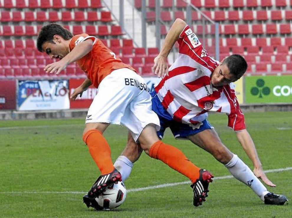 Galán intenta marcharse de un jugador del Girona en el partido de la primera vuelta en Montilivi.