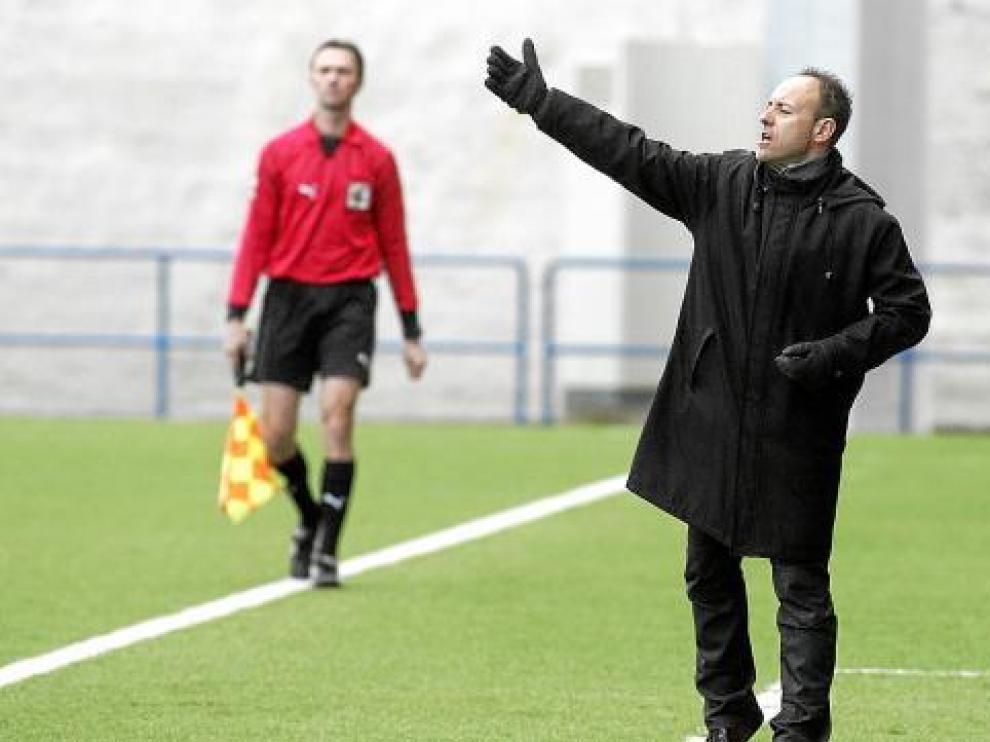 Álex Monserrate, entrenador del Club Deportivo Binéfar, durante un encuentro.