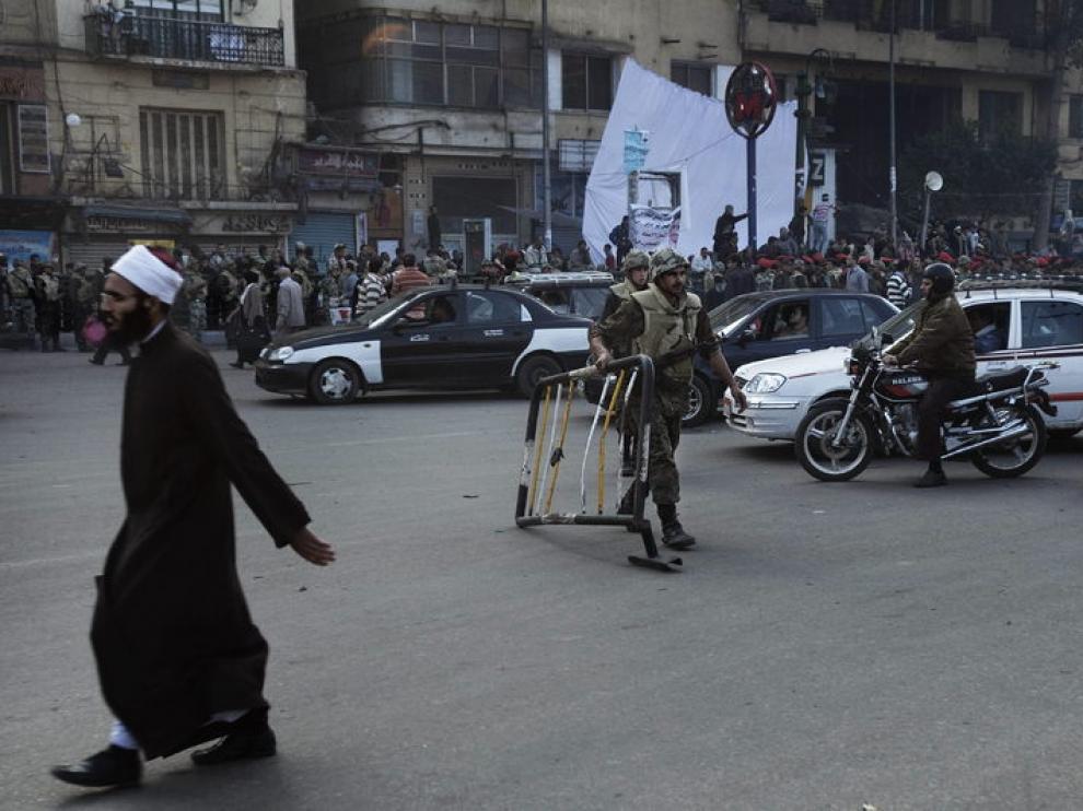 Unos soldados retiran unas barricadas situadas durante las protestas de las pasadas semanas