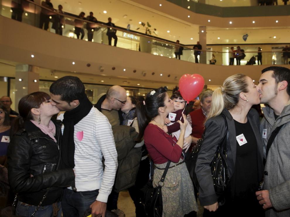 Varias parejas se besan durante la 'besada colectiva'