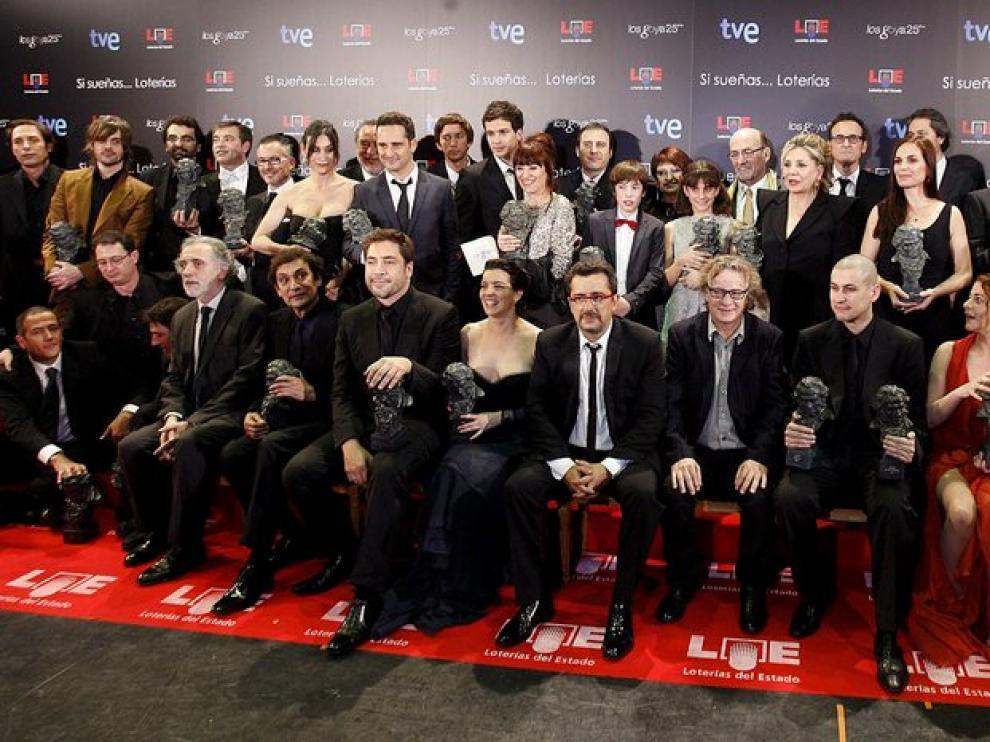 Foto de familia de premiados y presentadores al término de la ceremonia