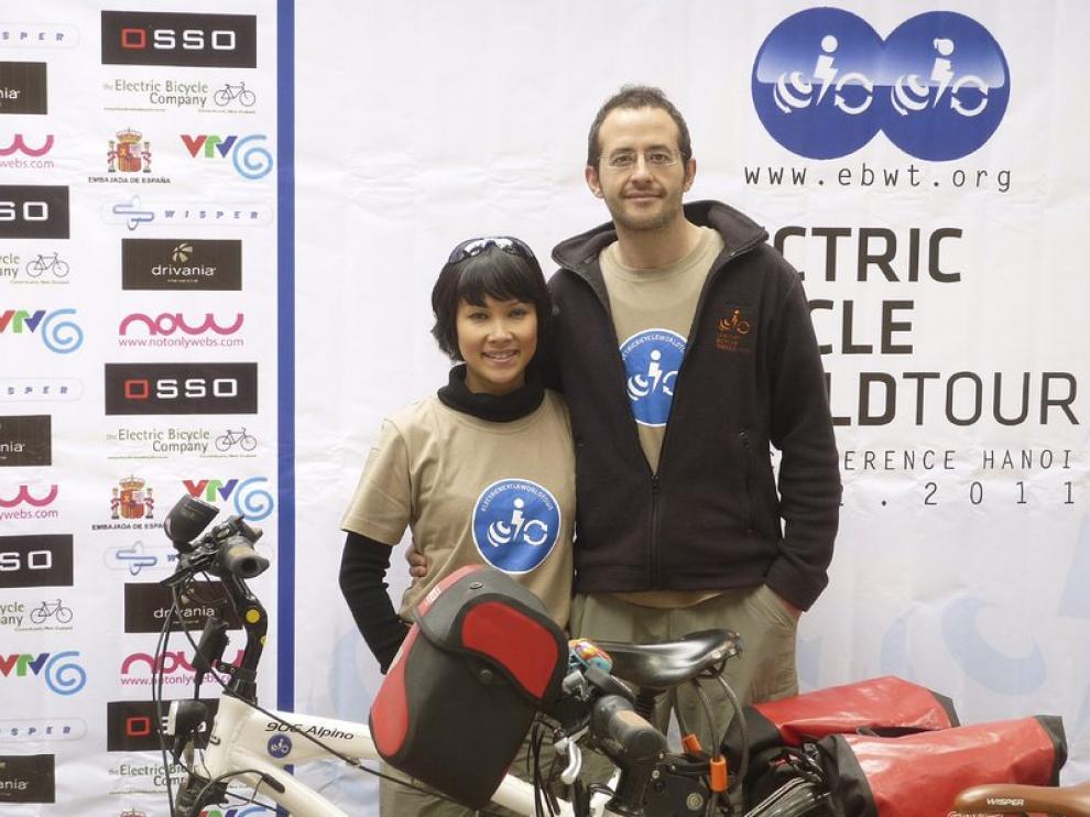El español Guim Vall junto a su esposa en la presentación de la iniciativa
