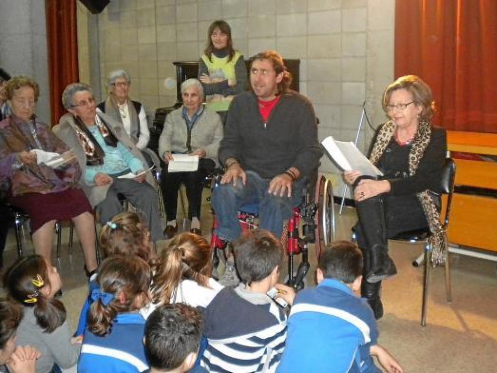 Josan Rodríguez y las integrantes del Grupo de Lectura de Mayores de Cruz Roja, en Santa Rosa.