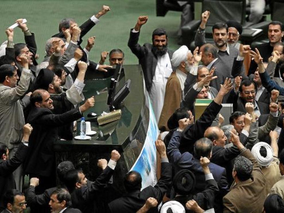Diputados iraníes piden el procesamiento de los líderes de la oposición, ayer en el Parlamento.