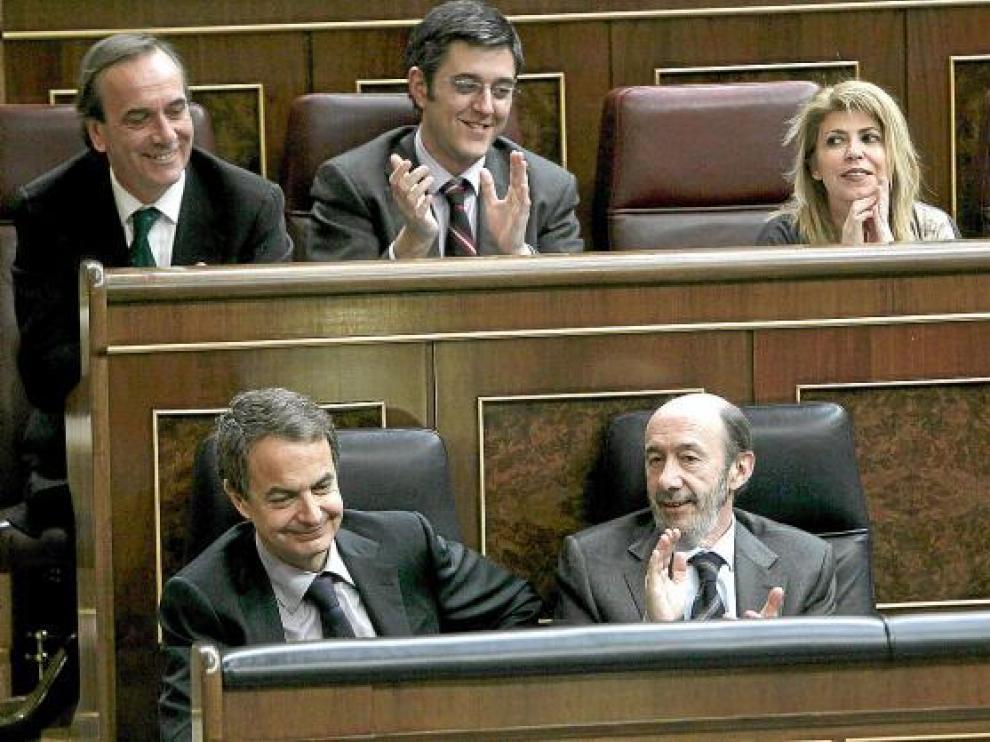 Zapatero, Rubalcaba y otros diputados socialistas, aplaudieron la aprobación de la ley.