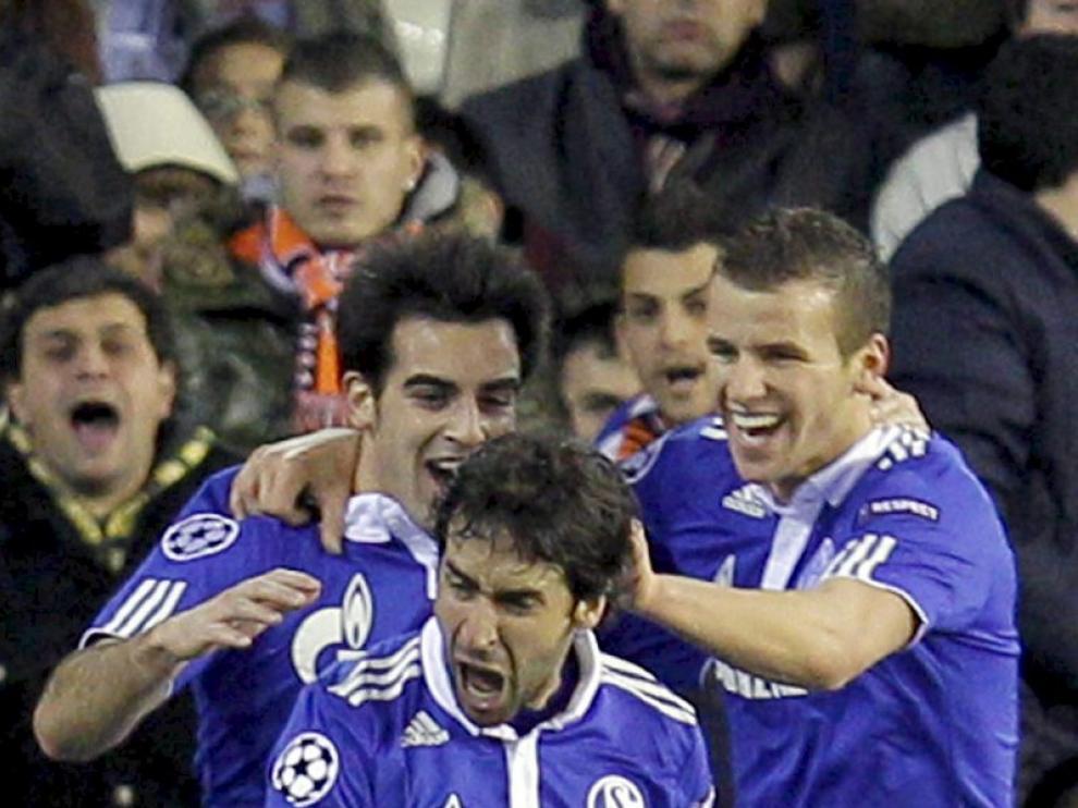 Raúl celebra su gol en Mestalla junto a sus compañeros del Schalke 04