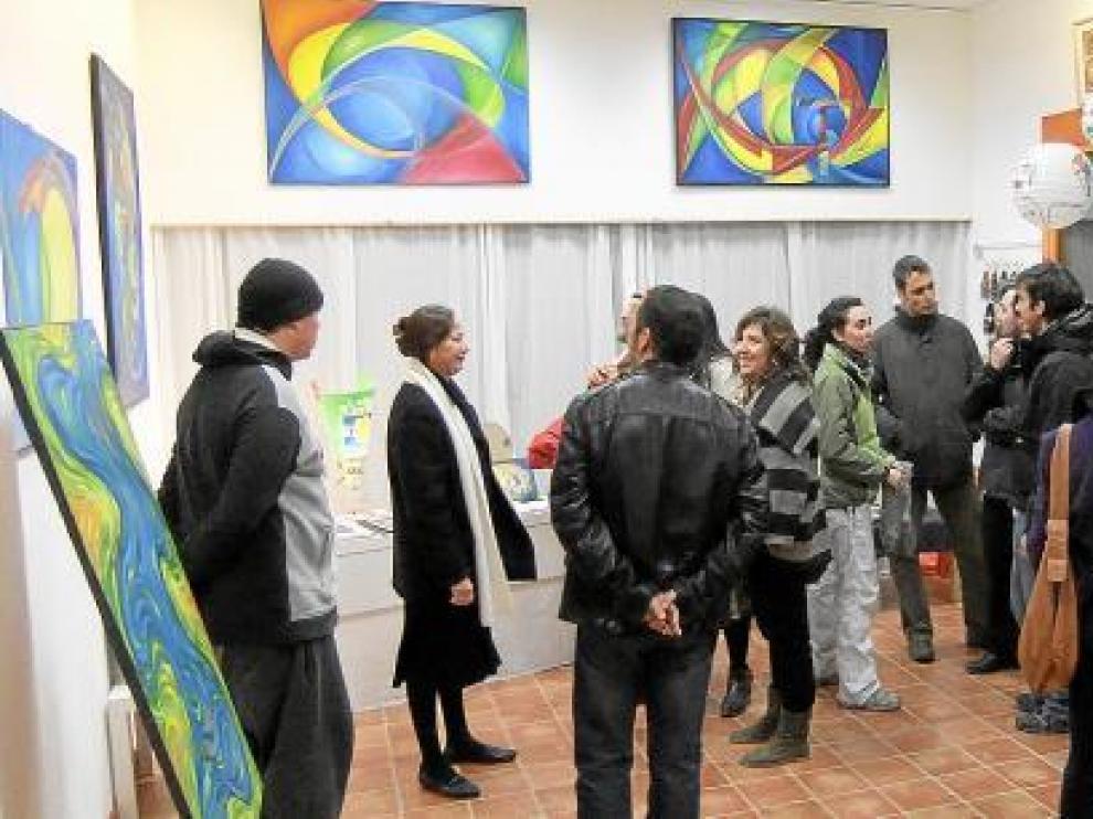 La artista (segunda por la izquierda) recibió a los asistentes en la inauguración de la exposición.