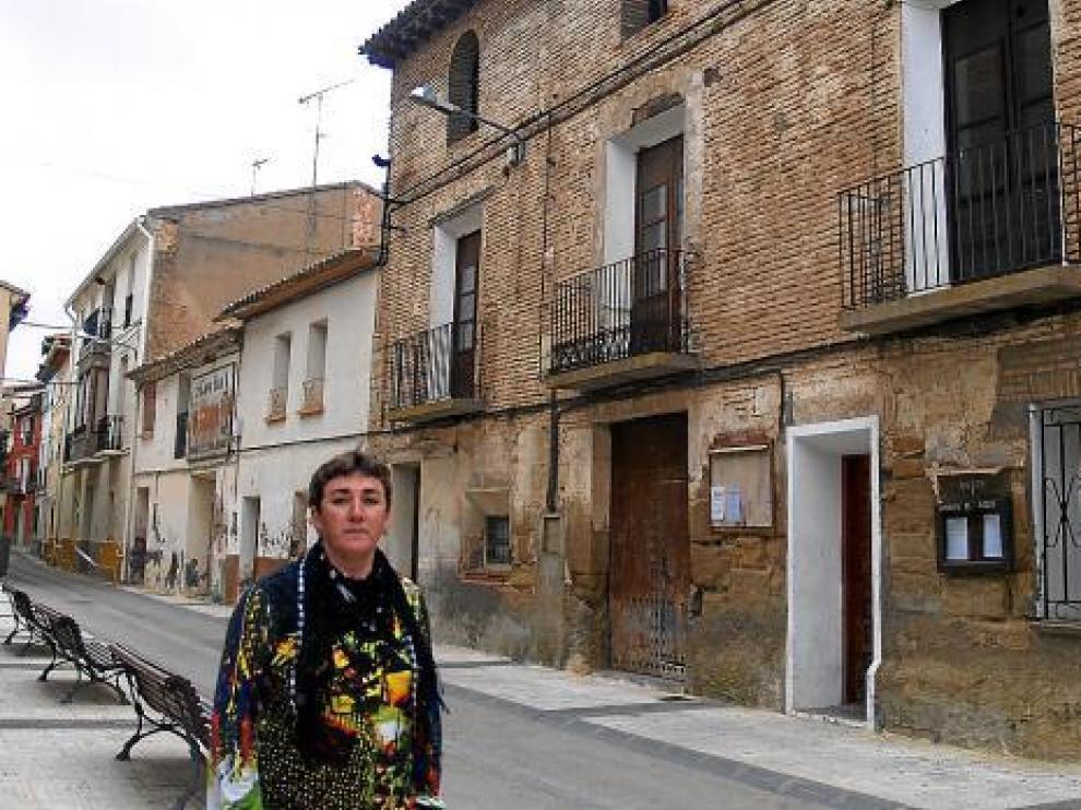 La alcaldesa de Sena, Rocío Sanz, frente a la recién adquirida Casa Abadía.