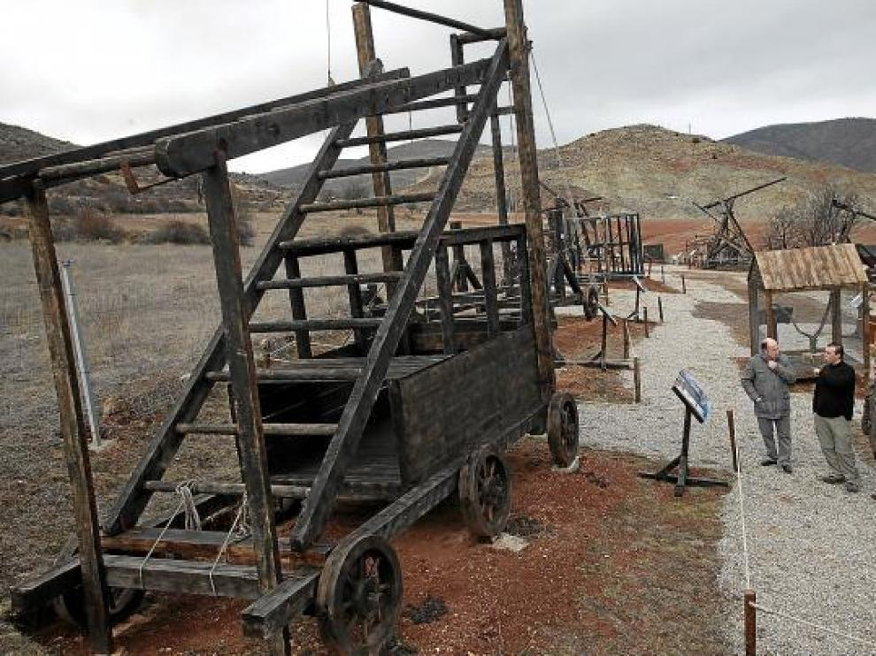 Las máquinas de asedio se encuentran expuestas al aire libre.