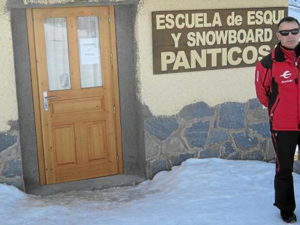 José María Lapuente, en la entrada de la escuela de la estación de esquí de Panticosa.