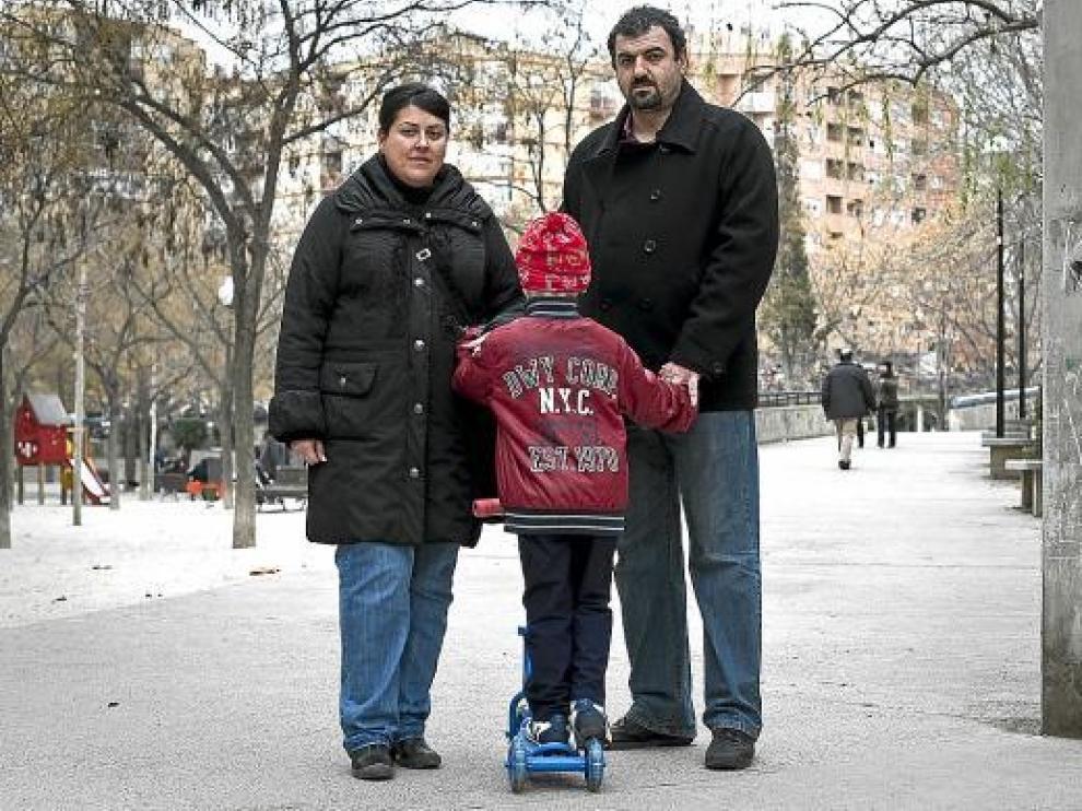 Ricardo, de 5 años, con sus padres en el Jardín de la Memoria de San José.