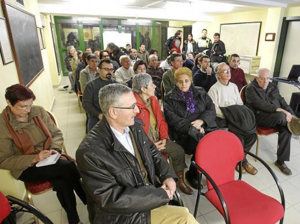 El jefe de la Policía Local, Alberto Edroso, en primer término, acudió a la asamblea de los vecinos.