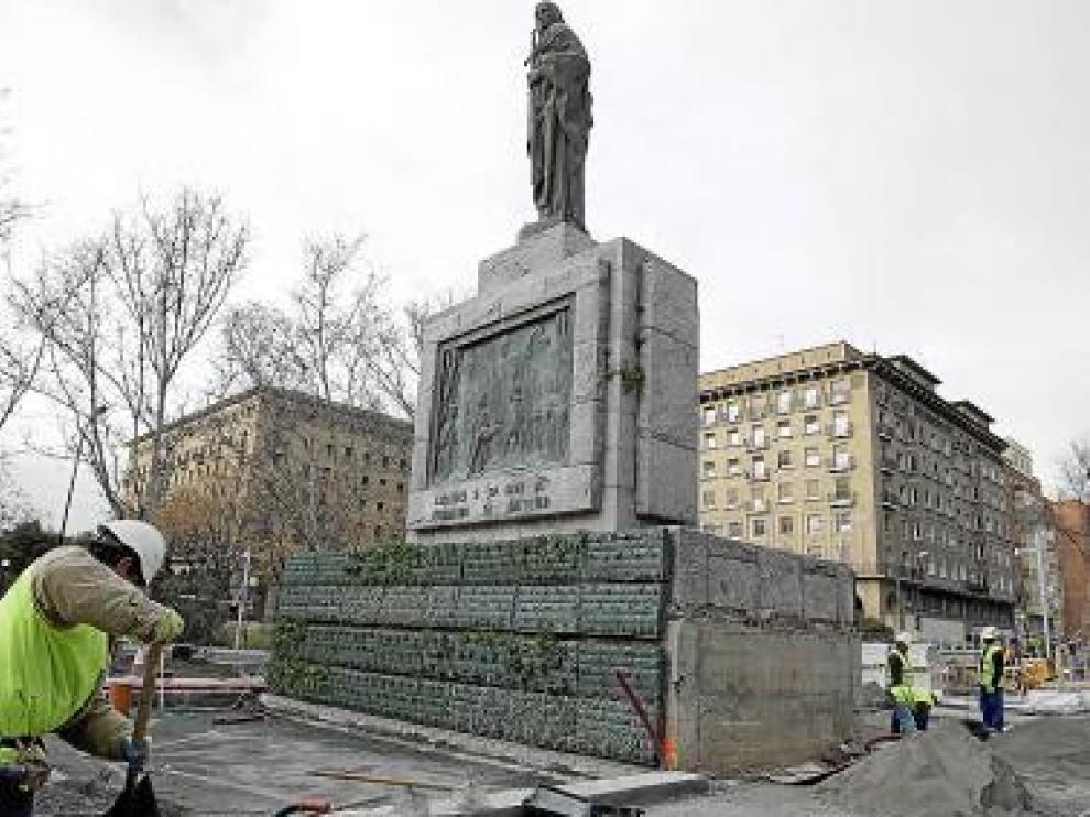 Frente a la estatua habrá un pequeño estanque.