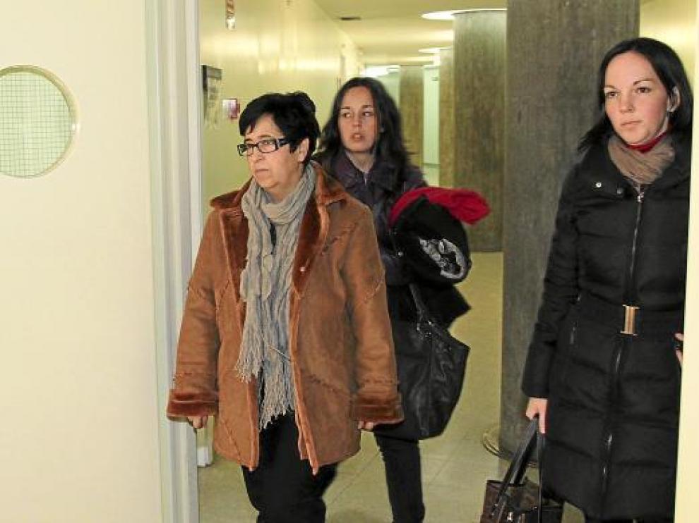 Griselda Moret, con abrigo marrón, saliendo de los juzgados de Lérida con su abogada -derecha-.