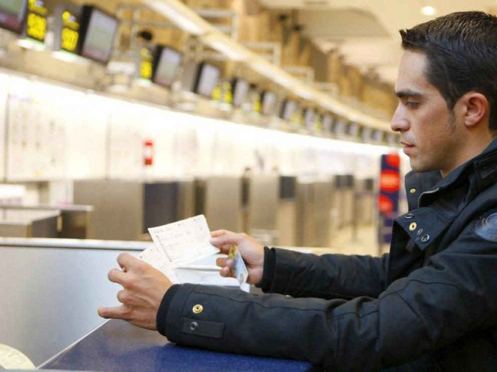 Contador tuvo que viajar de madrugada a Portugal