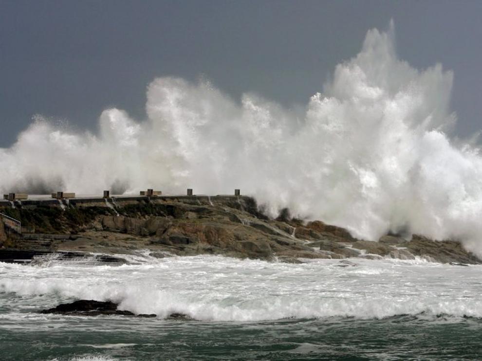 Una ola rompe en La Coruña