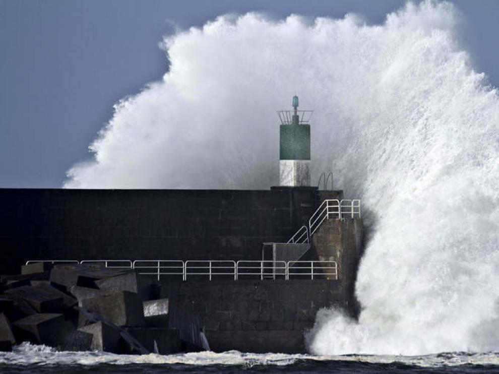 Una ola rompre en La Coruña