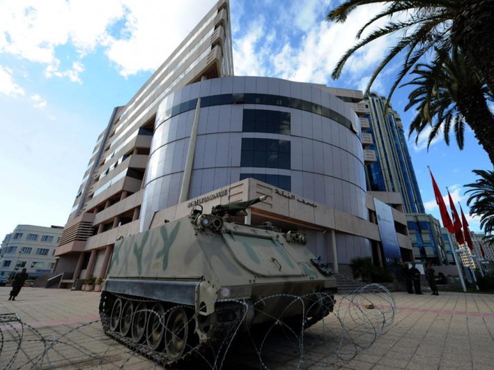 Soldados hacen guardia frente al Banco Central de Túnez