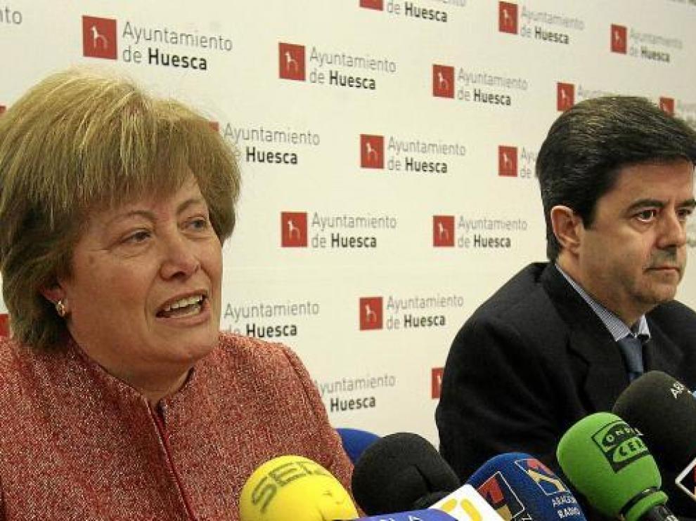 El alcalde de Huesca, Luis Felipe, y la concejal de Participación Ciudadana, ayer en rueda de prensa.