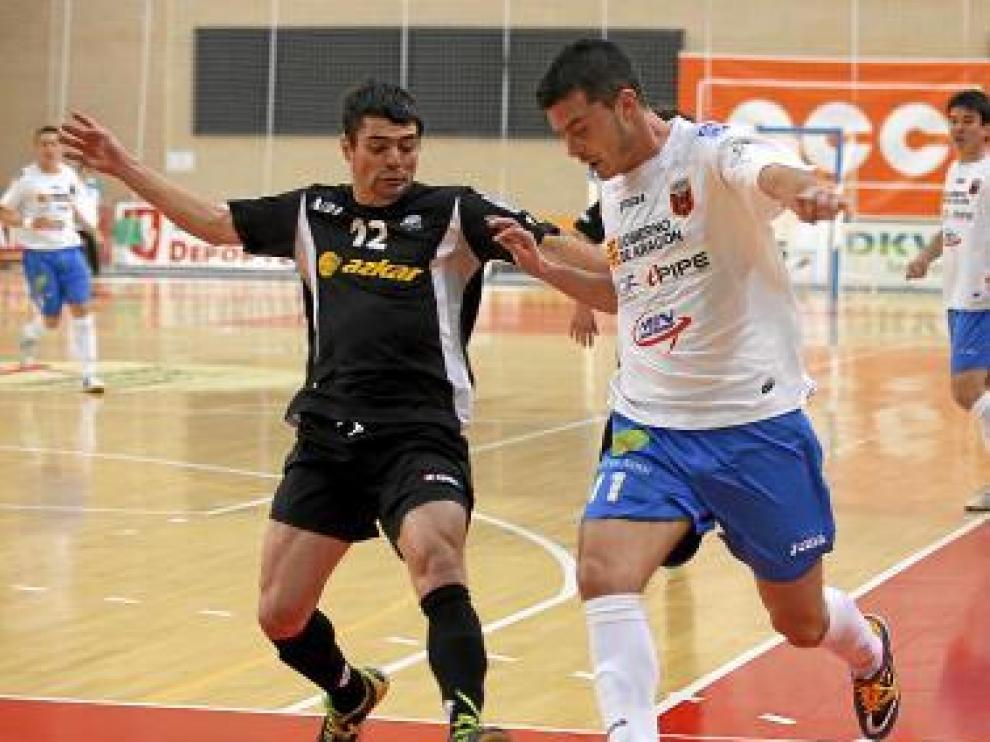 Raúl, del Sala 10, intenta zafarse de un jugador rival.