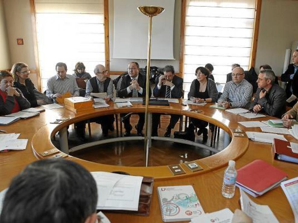 Sindicatos y representantes del Gobierno de Aragón en la reunión de la Mesa Sectorial de Educación.