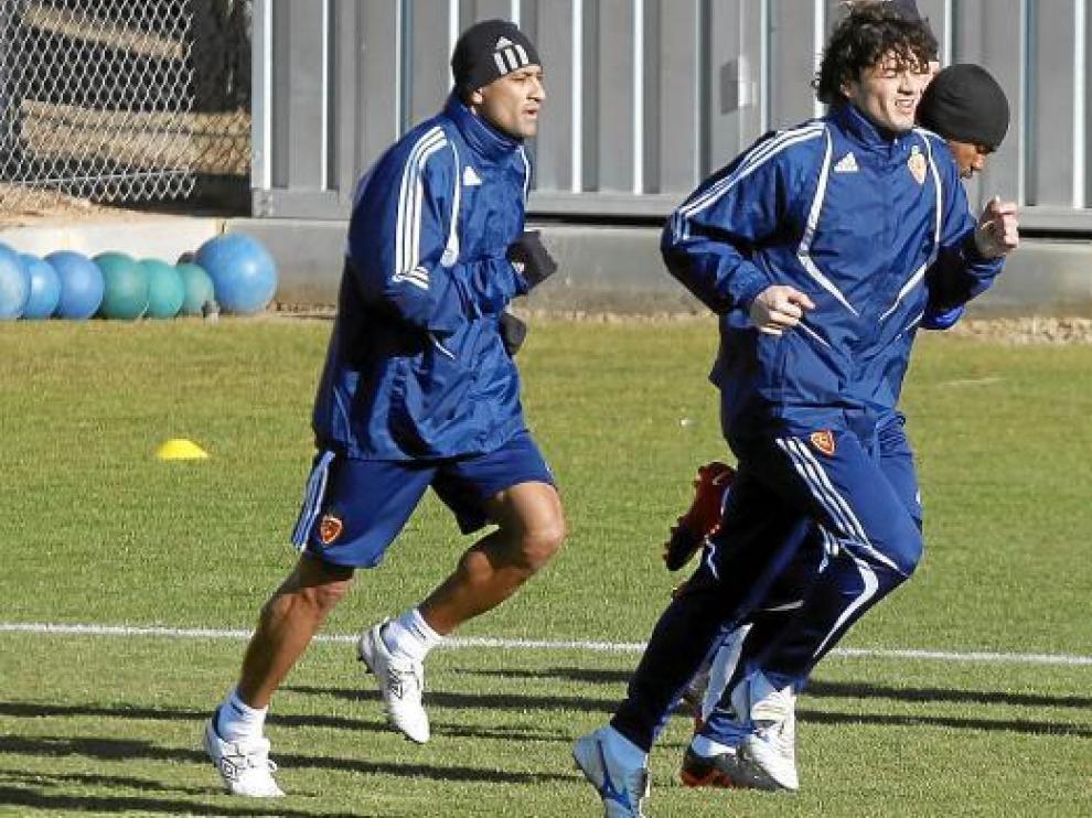 Da Silva corre detrás de Contini, en un entrenamiento del Real Zaragoza.