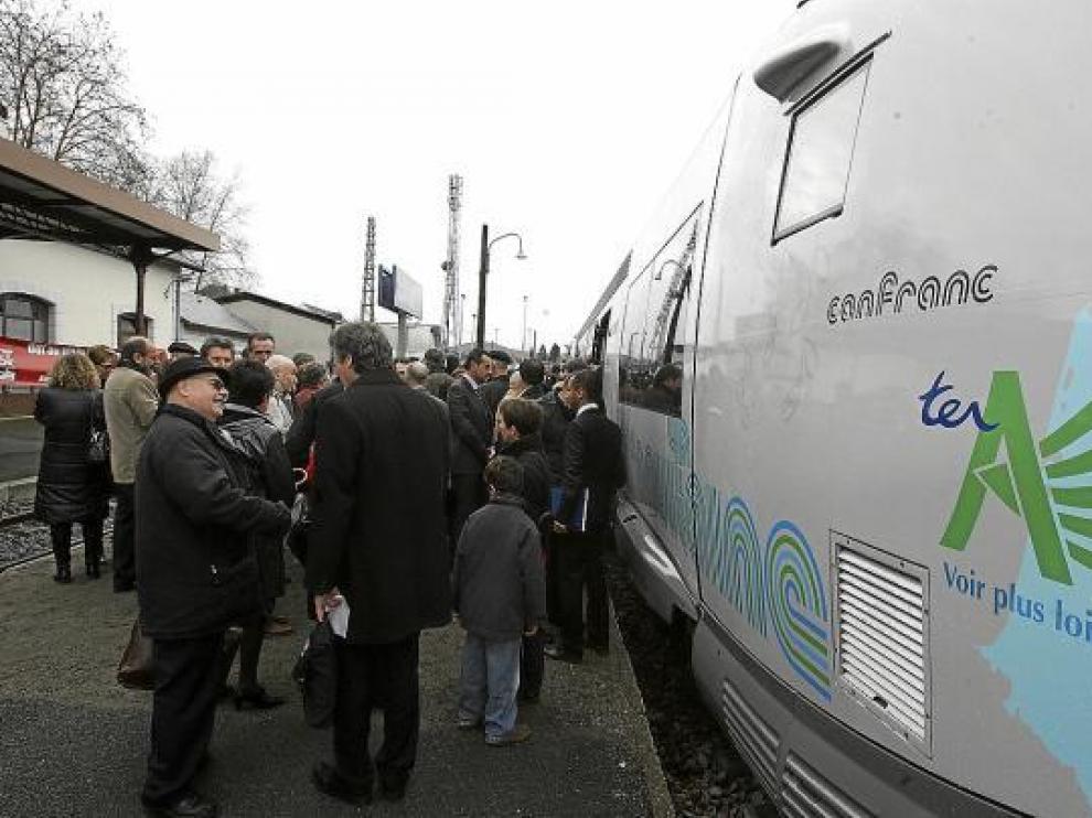 Defensores de la reapertura de la línea y autoridades asistieron al 'bautizo' del tren 'Canfranc'.