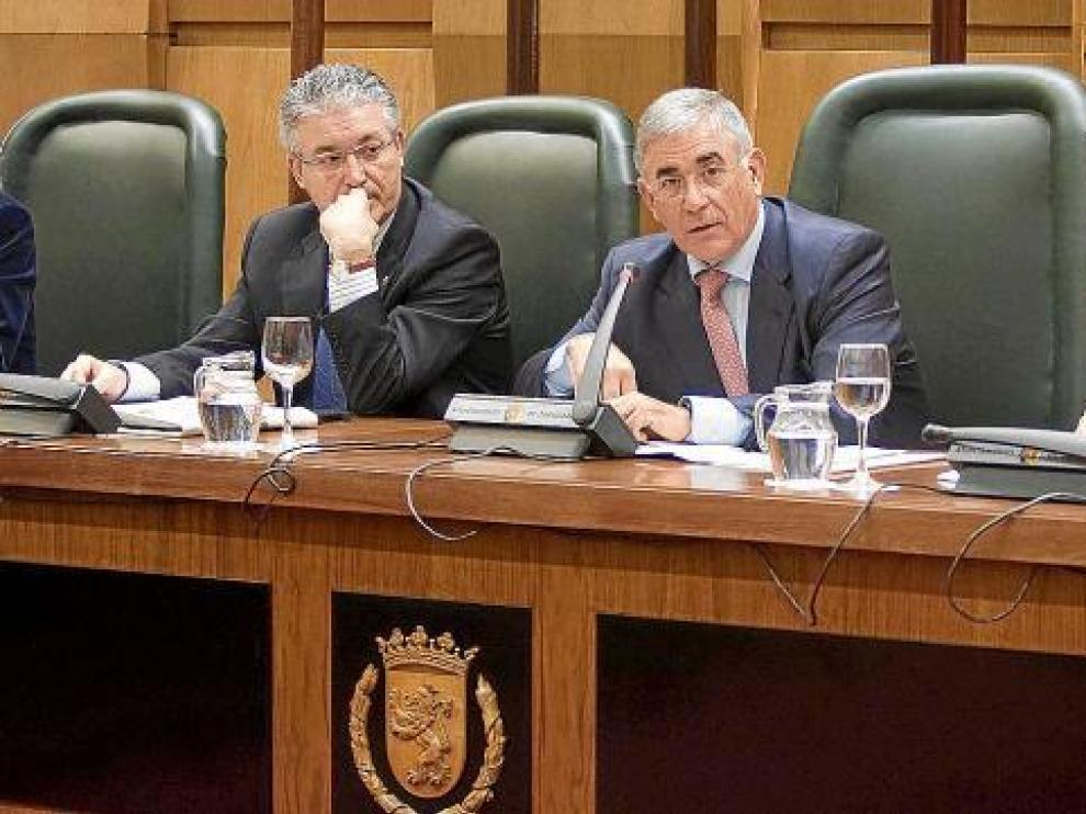 Manuel Blasco, en el centro, presentó ayer el estudio de viabilidad del estadio en la comisión de Fomento y Deportes.