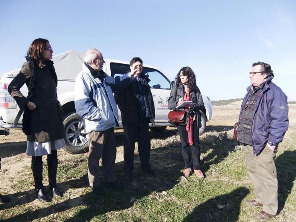 Los expertos a los que Bruselas ha encargado el seguimiento del proyecto, ayer, en Los Monegros.