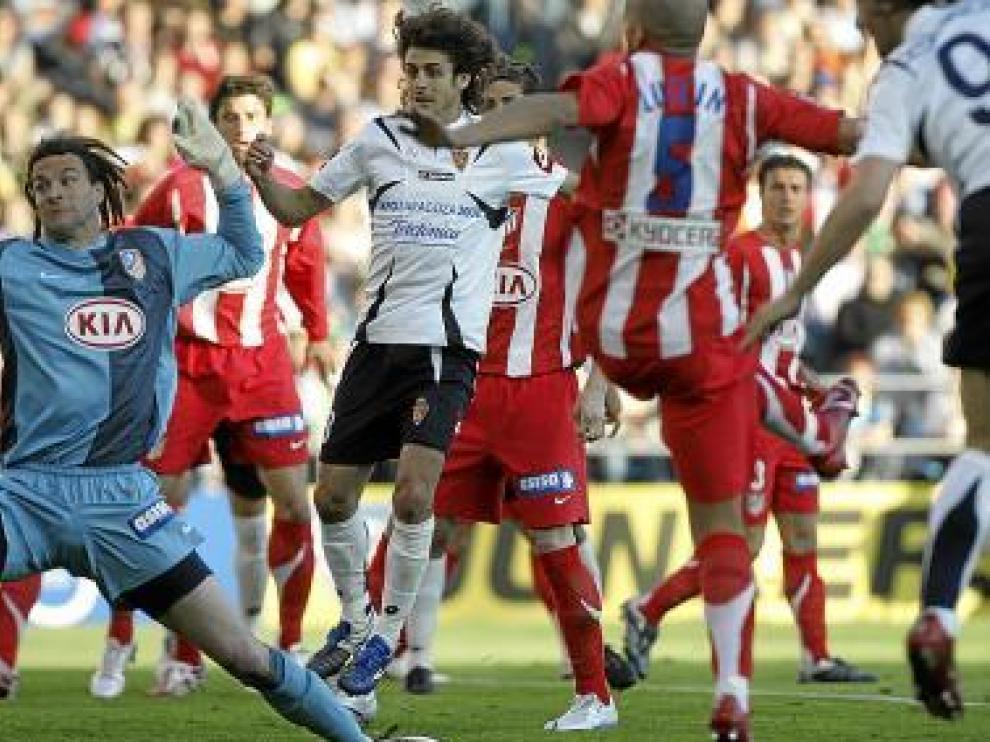 Leo Franco, peinado con rastas, encaja un gol en La Romareda en presencia de Aimar y Sergio García.