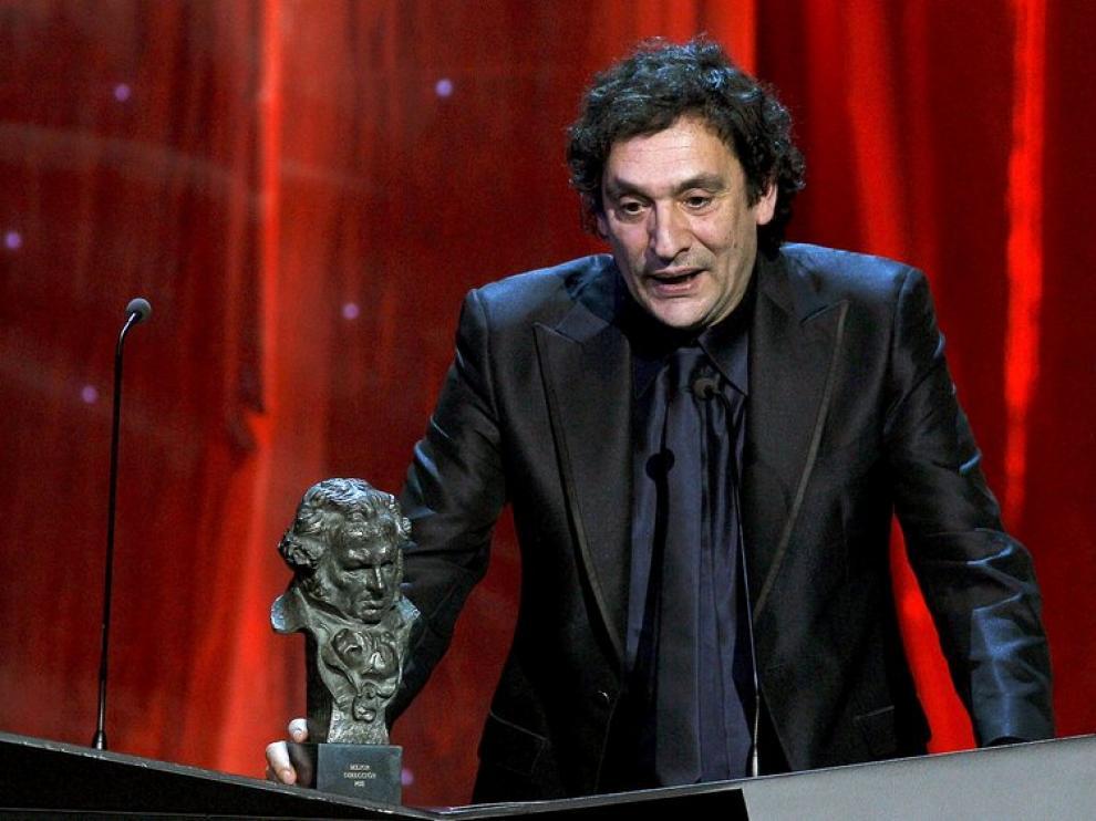 Agustí Villaronga, director de Pa negre, con su Goya