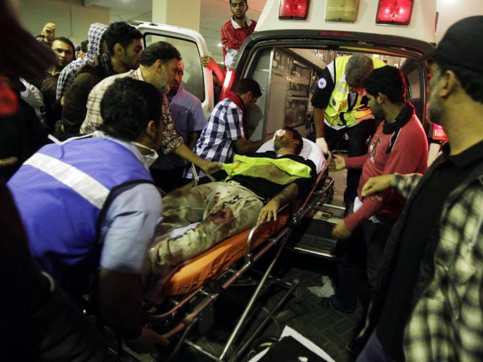 Un manifestante es evacuado al hospital den Manama.