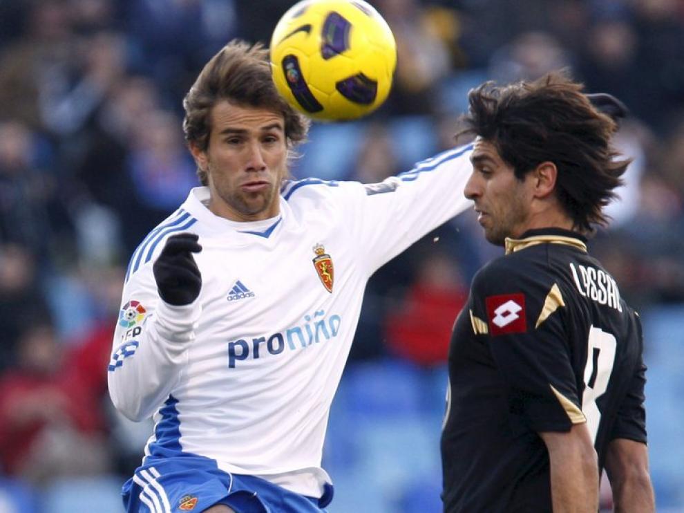 Leo Ponzio disputa el balón con Lassad, esta temporada