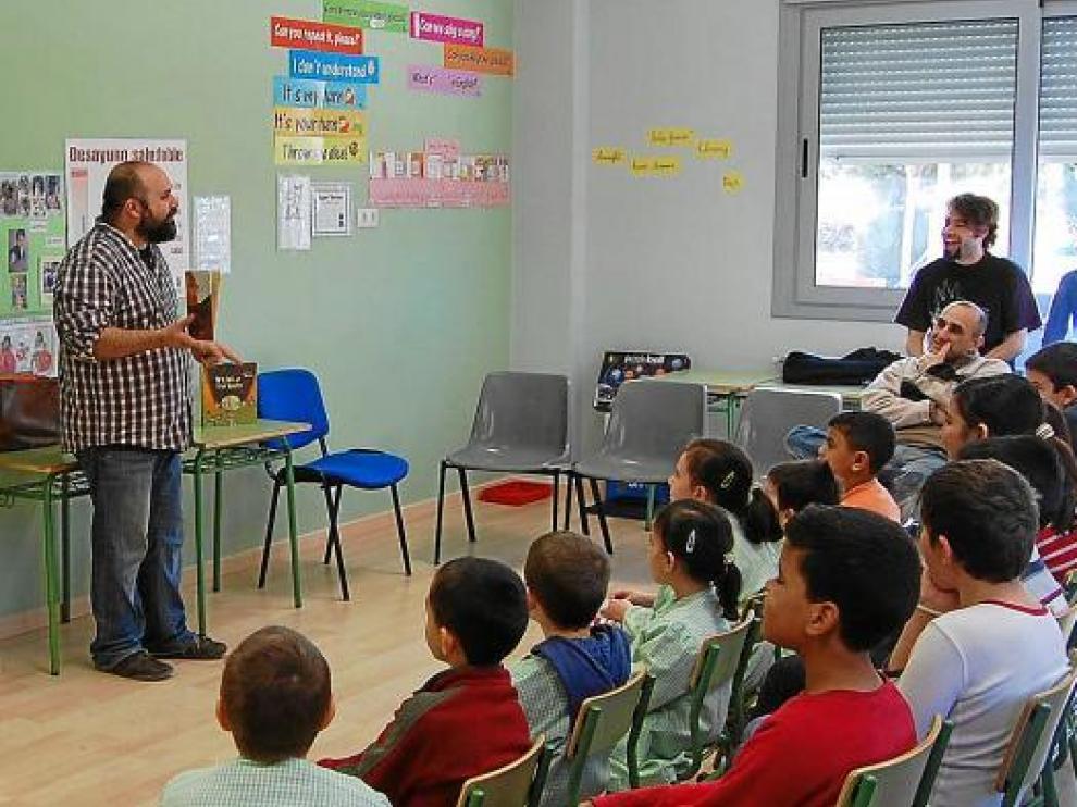 Los alumnos del colegio Virgen de Litera, divertidos con las historias de Félix Albo.