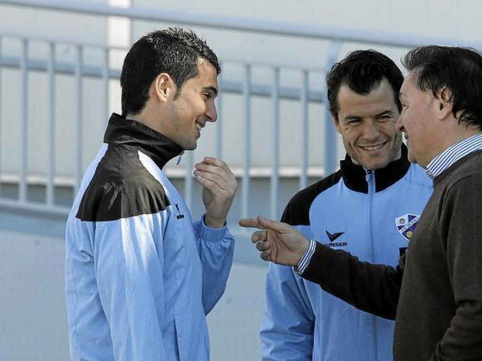 Lasaosa, vicepresidente del club, charla con Andrés, recién renovado en Osasuna, ante la presencia de Camacho.