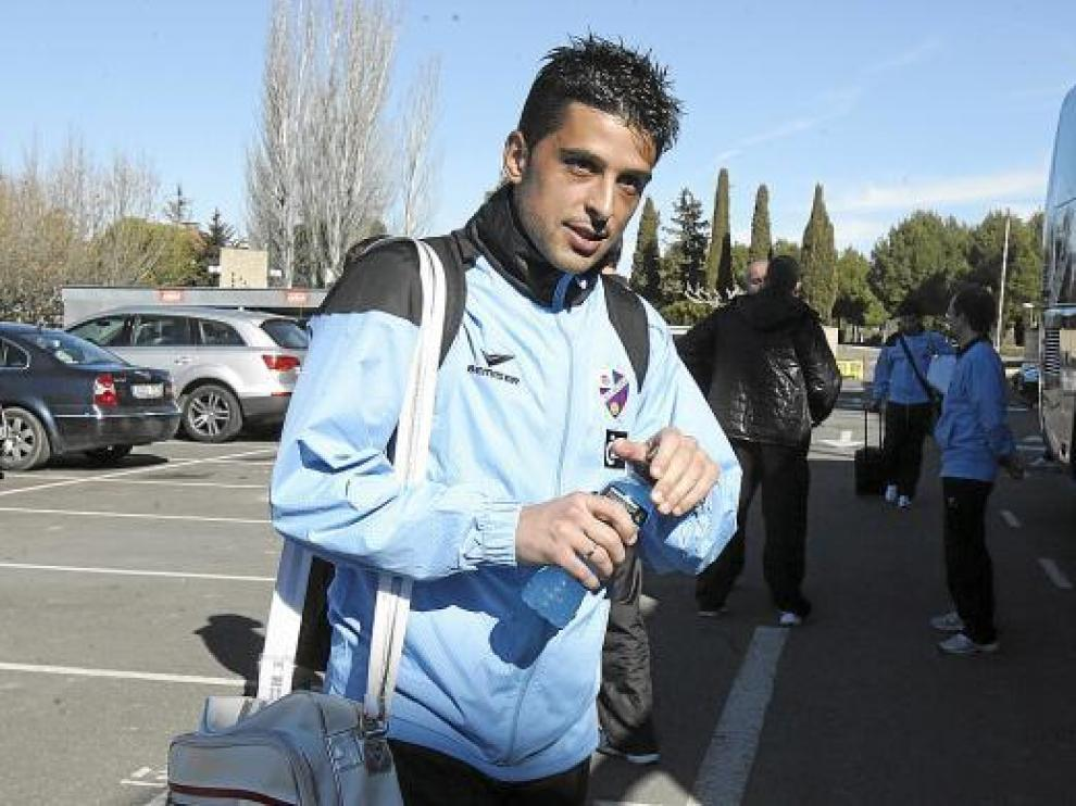 Tariq, poco antes de subir al autobús, ayer, en la explanada de El Alcoraz.