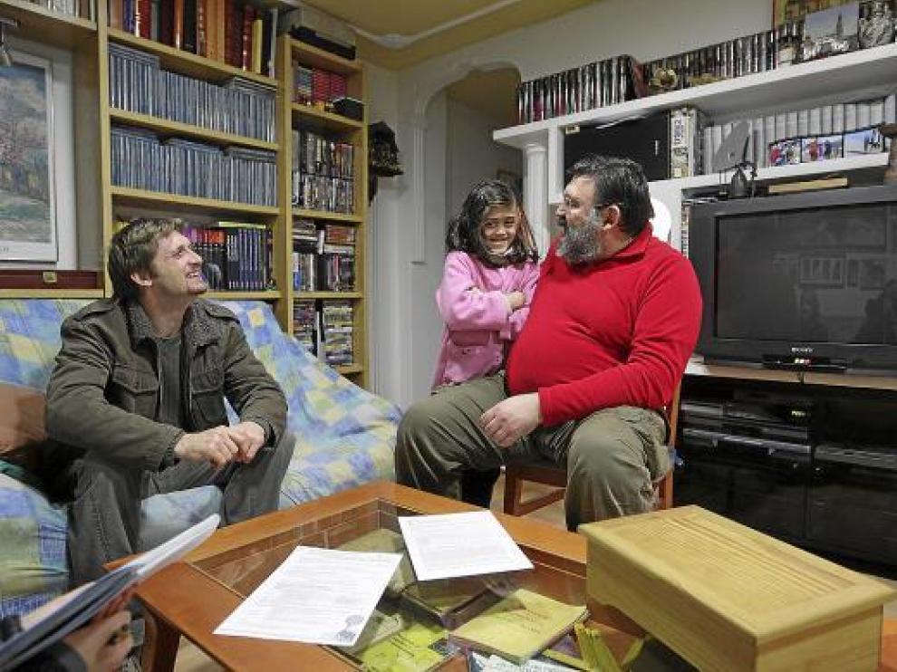 Teresa, de 9 años, con Nicula (a la izquierda) y su padre, Francisco Gil.