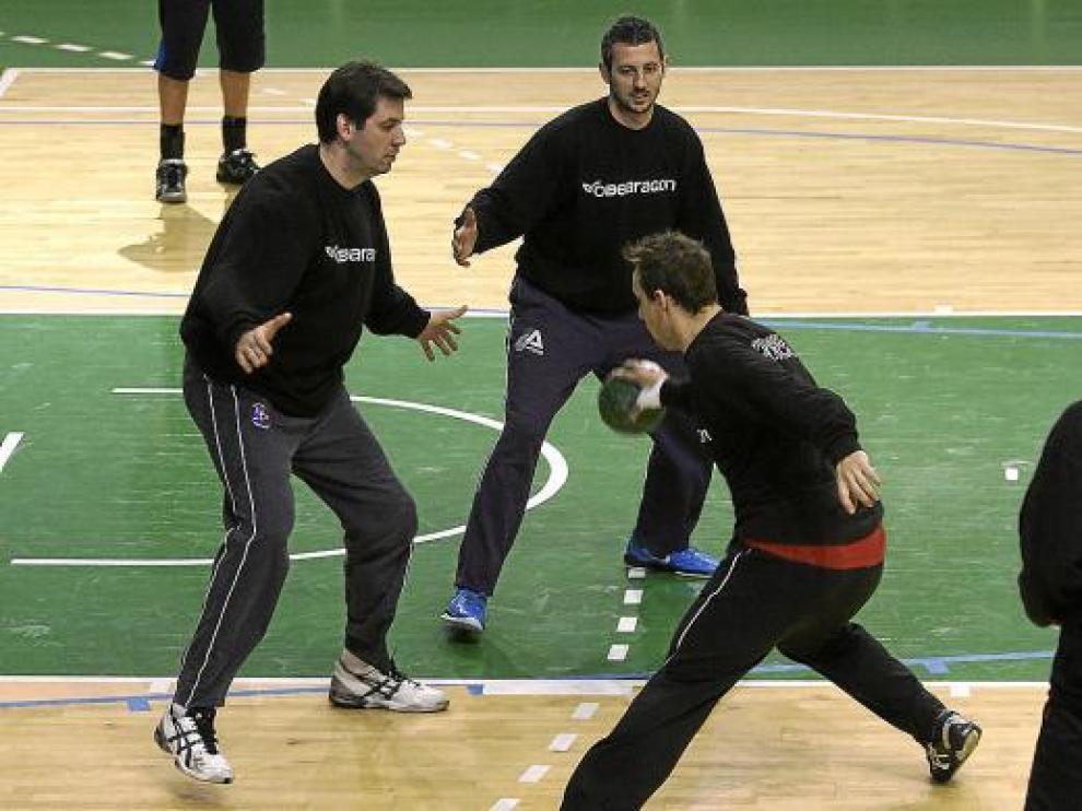 Ancizu, con la bola, busca una salida frente a Bartolomé y Álvarez en el entrenamiento de ayer.