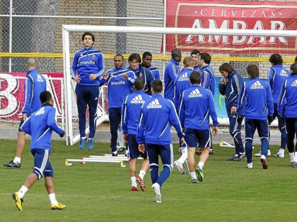 Los futbolistas del Real Zaragoza durante un entrenamiento en la Ciudad Deportiva.